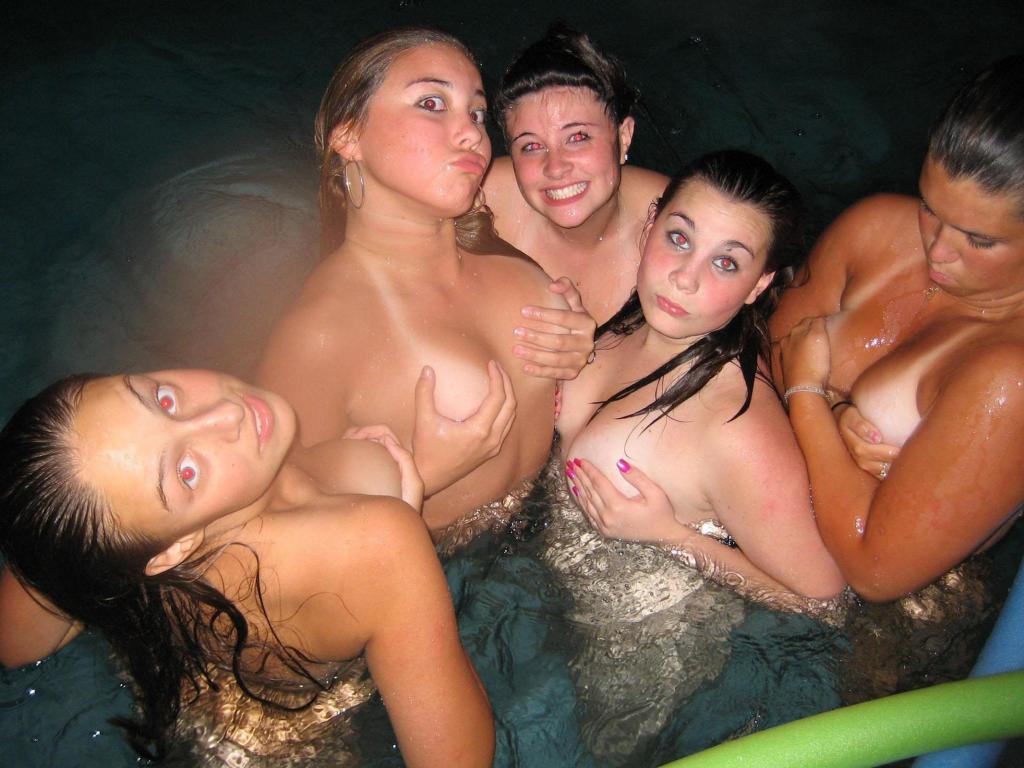 Groep vriendinnen gaan naakt met elkaar in bad