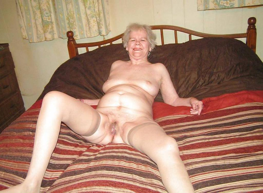 Oma haar oude kut is al lekker vochtig!