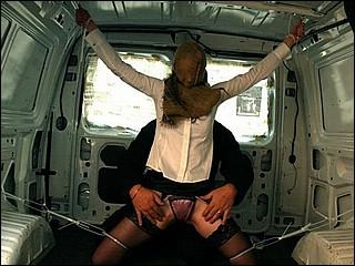 Meisje is meegesleurd in een bestelbusje en word daar verkracht!