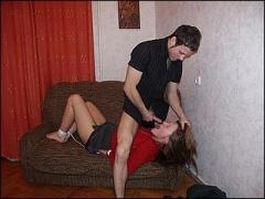 Meisje word door haar broertje in de huiskamer bruut verkracht