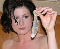 Cuckoldress bewaard vers gevulde condoom voor haar man