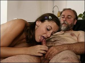 Kleindochter zuigt op haar opa zijn stijve pik