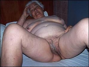 Oude oma laat haar geile behaarde grijze kut zien