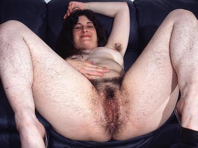 Oudere huisvrouw laat haar zwaarbehaarde vagina zien